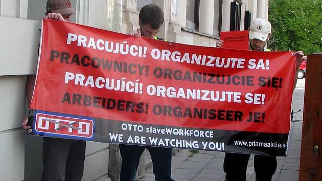 Členové slovenské organizace Priama akcia protestovali ve čtvrtek 12.5. v Olomouci proti pracovní agentuře, která změstnává lidi v Holandsku. Postávali před její pobočkou na třídě Svobody