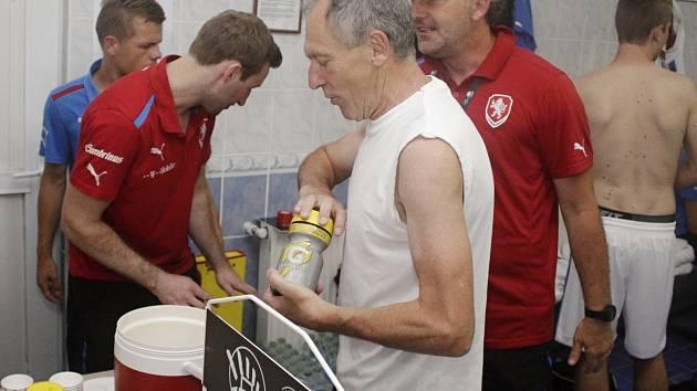 Jiří Vít (v bílém) jako masér amatérské reprezentace na finále Regions Cupu v Turecku