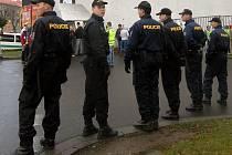 Policejní dohled před Androvým stadionem.