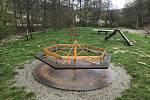 Rekreační areál v Dolním Žlebu u Šternberka. Vyžití pro děti, které nabízí soukromník provozující bufet u betonové nádrže.