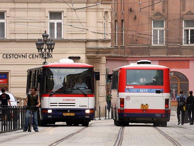 Lidé, kteří procházejí pěší zónou v Denisově ulici v Olomouci, si musejí dávat pozor na autobusy. Ty podle jejich slov často překračují rychlost a jezdí bezohledně.