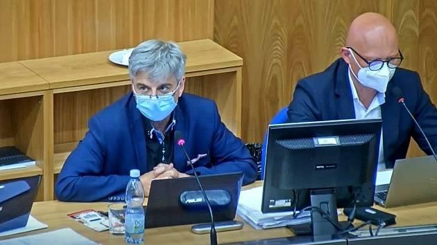 Vlevo ekonomický náměstek olomouckého primátora Otakar Bačák (spOLečně), vpravo radní Jan Holpuch (ODS). Záběr z přímého přenosu z jednání olomouckého zastupitelstva, které mimo jiné jednalo o zvýšení daně z nemovitosti, 6. září 2021