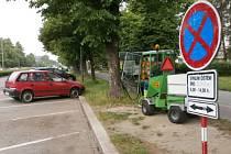 K autům, která zůstala i přes výzvu o blokovém čistění stát na třídě Kosmonautů v Olomouci, vyjížděli strážníci