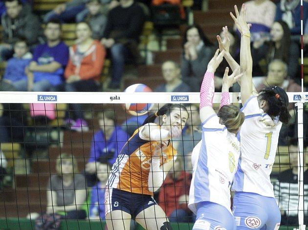 Olomoucké volejbalistky (v oranžovém) podlehly Prostějovu 0:3. Darina Košická (v oranžovém)