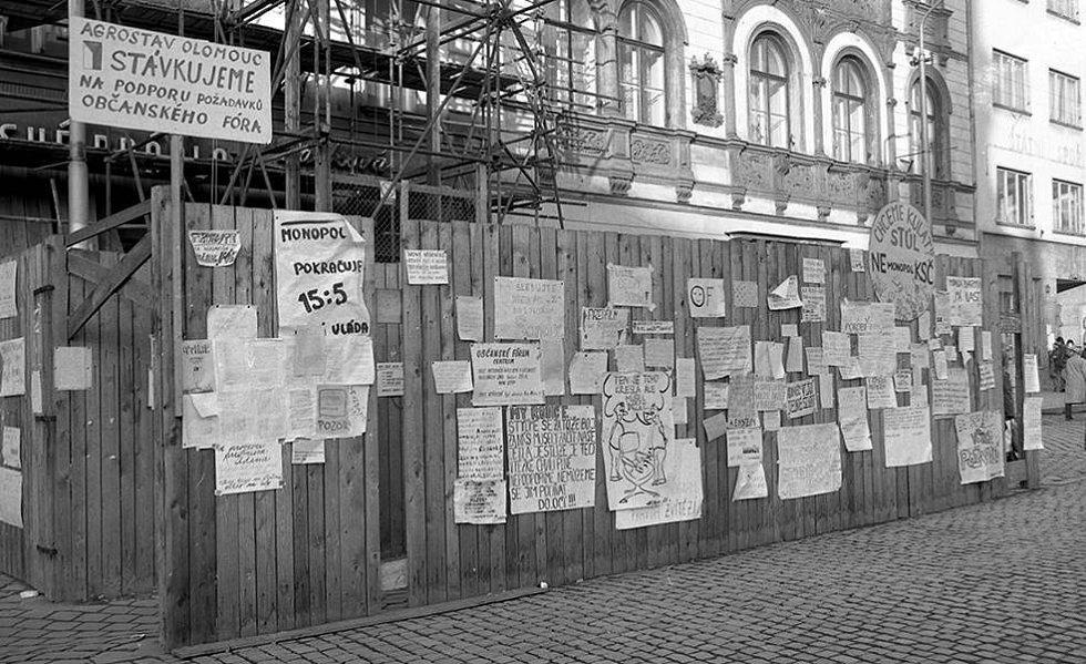 Plakátová ohrada na tehdejším náměstí Míru (Horní náměstí). Sametová revoluce v Olomouci