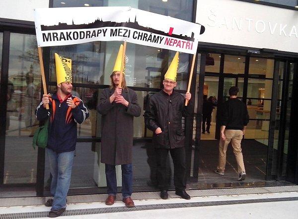 Protest odpůrců plánované výškové stavby vareálu Šantovky