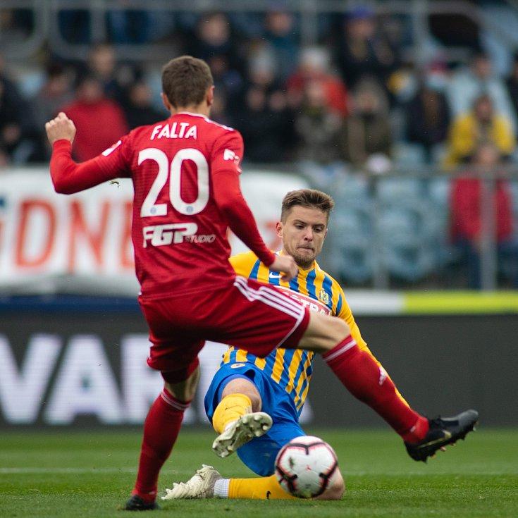 SFC Opava proti Sigmě Olomouc. Šimon Falta (SK Sigma Olomouc), Tomáš Jursa (SFC Opava).
