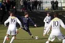 Olomoučtí fotbalisté (v modrém) porazili v přípravě rezervu Slovácka 6:1.