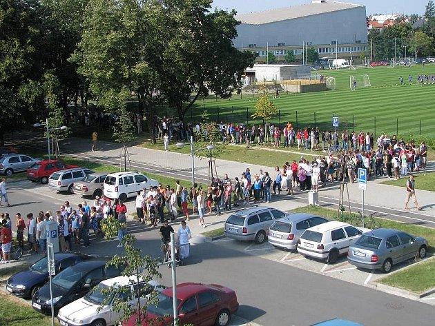 Fronta na lístky na Everton před Androvým stadionem