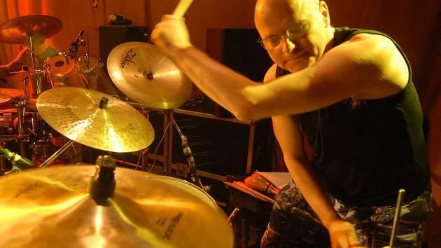 Zakládajícím členem projektu Autopilote je bubeník, skladatel a producent Pavel Fajt.