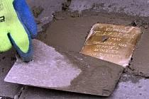 Ukládání Kamenů zmizelých (Stolpersteine) v Olomouci