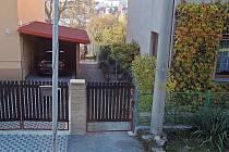 Bývalá ulička mezi domy na Sv. Kopečku je po prodeji již soukromým majetkem a pro místní není průchozí