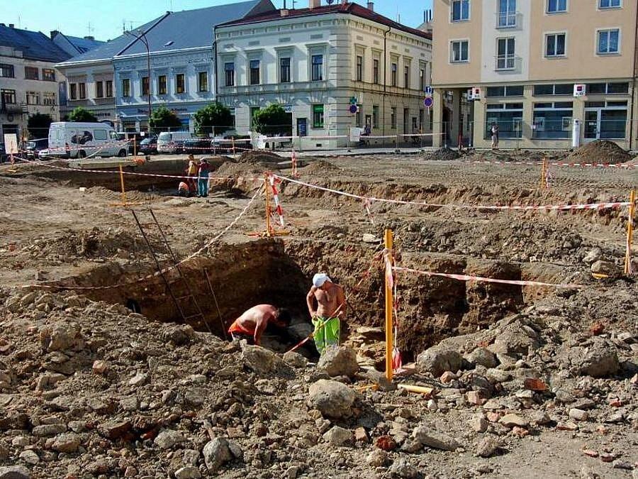 Na část někdejšího mostu přes Nečíz, jedno z šesti ramen řeky Moravy, přišli archeologové při svém nedávném průzkumu náměstí Přemysla Otakara v Litovli