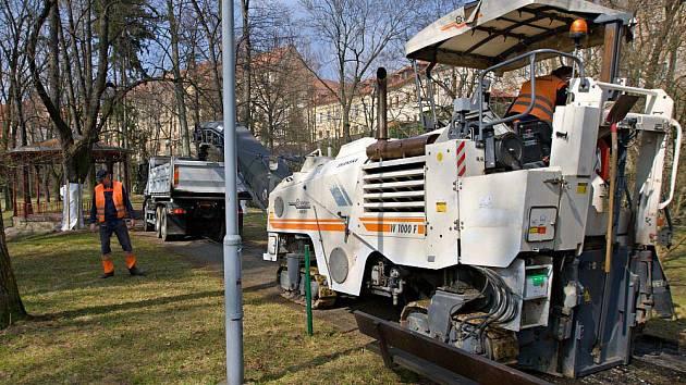 Práce na rekonstrukci cest v Bezručových sadech