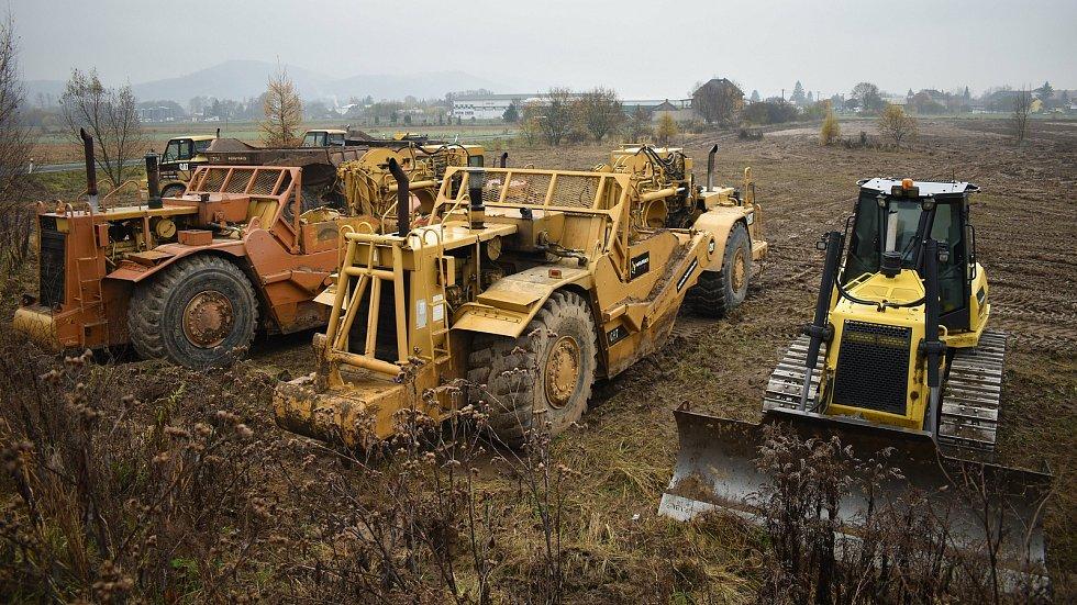 Stavební mechanismy začaly pracovat na přípravě území pro výstavbu obchvatu Bludova, listopad 2020