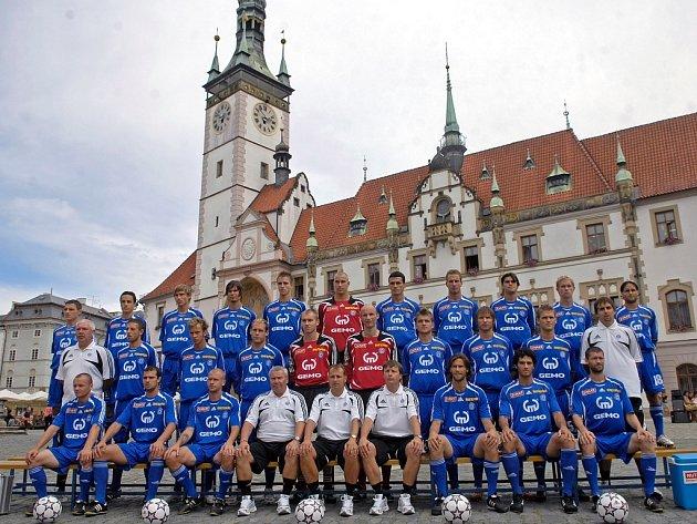 Olomouckým fotbalistům to před radnicí slušelo.