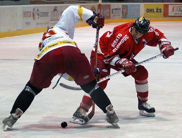 Kapitán HC Olomouc Richard Brančík na vhazování.