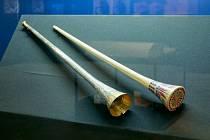 Válečné trubky faraona Tutanchamona nalezená roku 1923 v jeho hrobce.