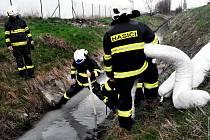 Zásah hasičů při úniku neznámé znečišťující látky do Nemilanky