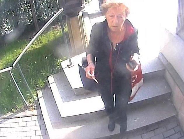Policisté hledají tuto ženu, která přistoupila 17. dubna k bankomatu krátce poté, co si z něj důchodkyně zapomněla vzít pět tisíc korun.