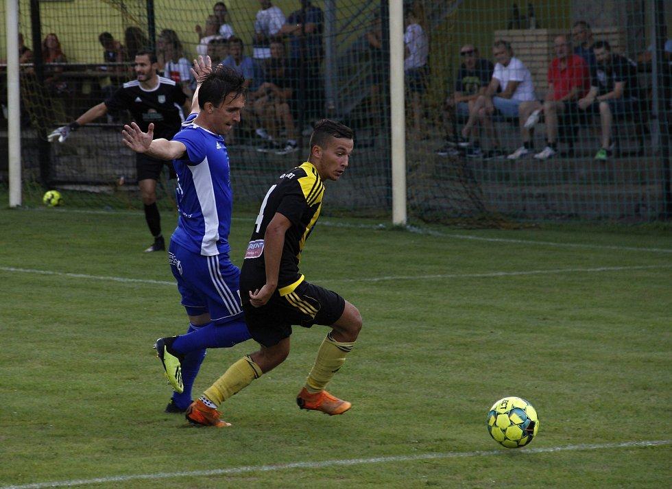 Petr Kovář (s míčem)