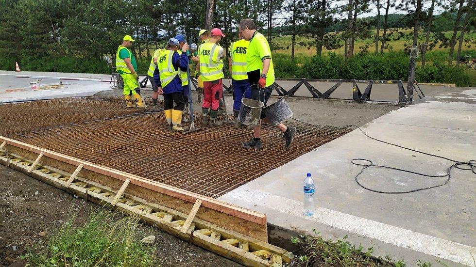 Opravy popraskané dálnice D35 u Olomouce