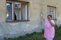 Marie Lacková před bytem, do kterého někdo hodil zápalné lahve