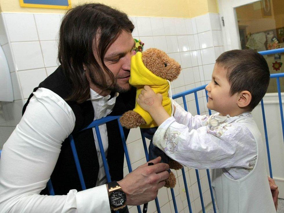 Tomáš Ujfaluši rozdává dárky na dětské klinice fakultní nemocnice v Olomouci. Prosinec 2008