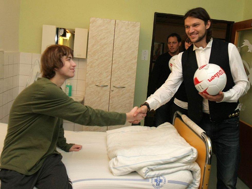 Tomáš Ujfaluši rozdává dárky na dětské klinice fakultní nemocnice