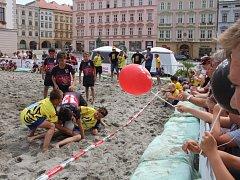 Olomoučtí ragbisté uspořádali v sobotu na Horním náměstí charitativní turnaj hraný na písku.