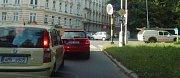 Kolona v Dobrovského ulici, odkud se řidiči snaží vjet do Masarykovy