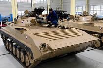 Ve VOP Šternberk připravují armádní obrněnce  BVP-2 pro misi v Afgánistánu.