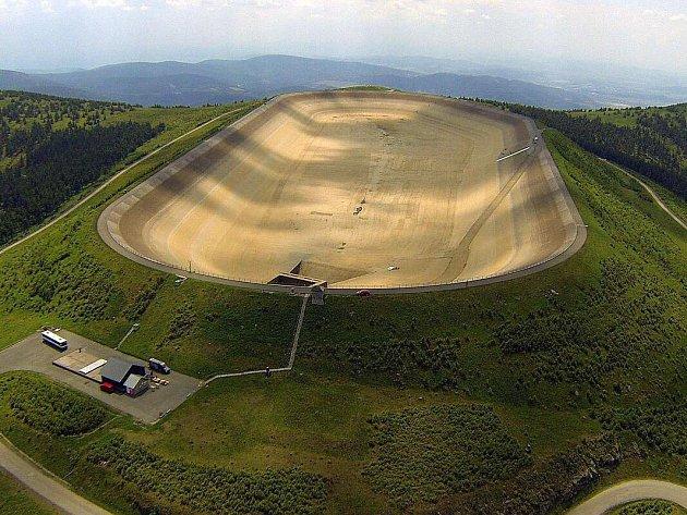 Vypuštěná horní nádrž přečerpávací elektrárny Dlouhé Stráně
