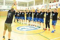 Házenkáři Litovle (v bílém) porazili Jičín B a převzali trofej pro vítěze první ligy