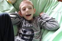 Sedmiletý Honzík Priehoda z Olomouce, kterého postihla velice vzácná a kompliková neuronální ceroidlipofuscinóza II. typu. Na onemocnění neexistuje žádný lék a oproti jiným nevyléčitelným chorobám je není možné ani zpomalit.