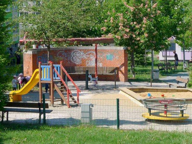 Zídka v Parku Malého prince v Olomouci, kde se objevil výhružný nápis