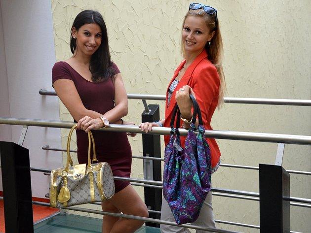 Kabelky do Kabelkového veletrhu Olomouckého deníku věnovaly i dvě baletky Moravského divadla v Olomouci Kateřina Iranová (vlevo) a Dita Salayová