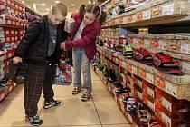Děti z dětského domova v Olomouci nakupují boty za část výtěžku z Kabelkového veletrhu Deníku