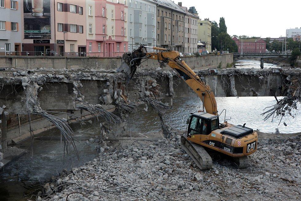 25.7.2018 - demolice olomouckého mostu přes Moravu u Bristolu.