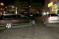 Olomoucká policie hledá svědky nehody passatu a octavie, která se stala v neděli večer na parkovišti u Slovanského domu v Olomouci