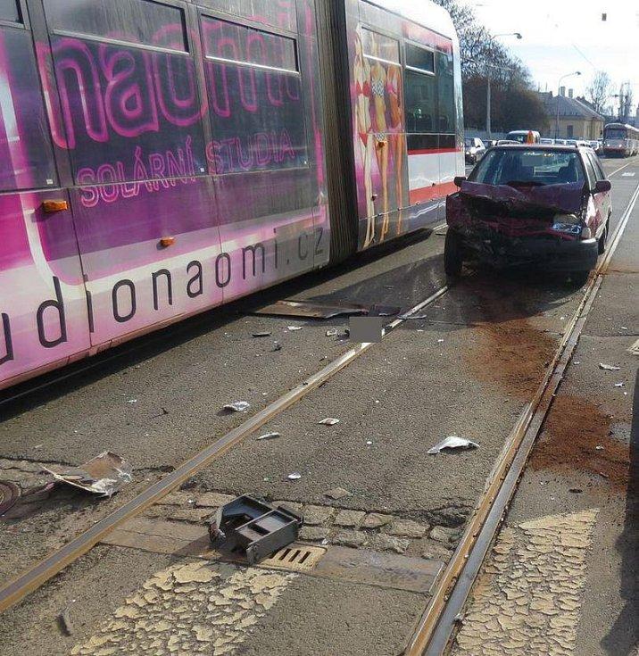 Srážka felicie s tramvají na třídě Míru v Olomouci