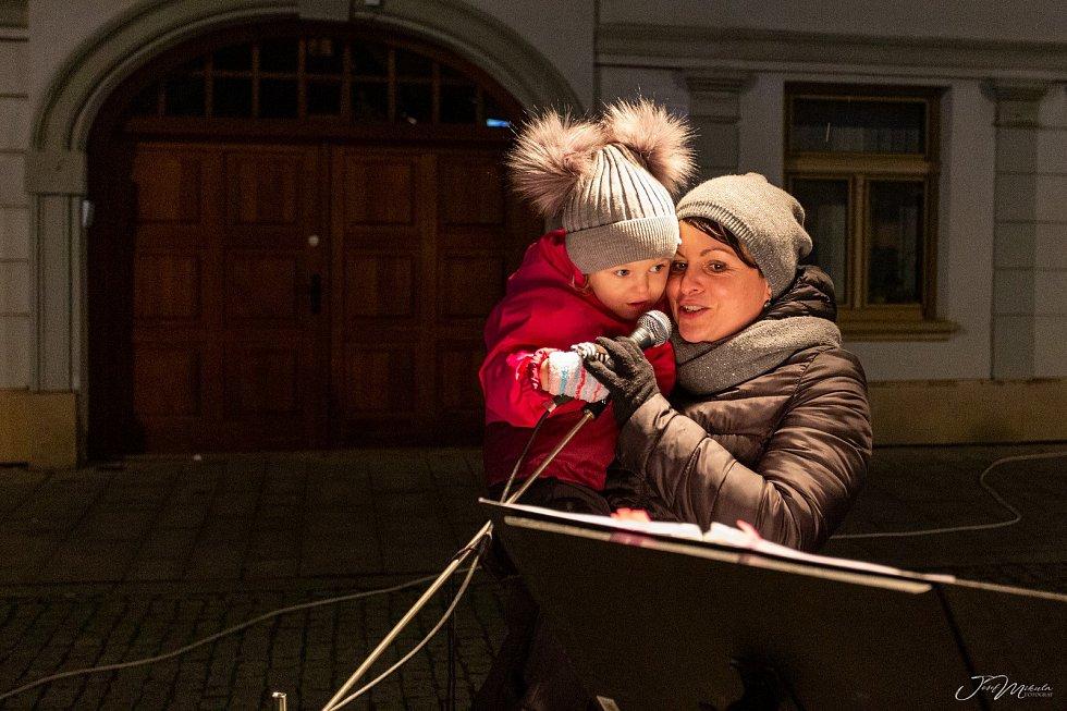 V Uničově oslavili vítězství v anketě Olomouckého deníku o nejkrásnější vánoční strom ve čtvrtek při podvečerním setkání na Masarykově náměstí.