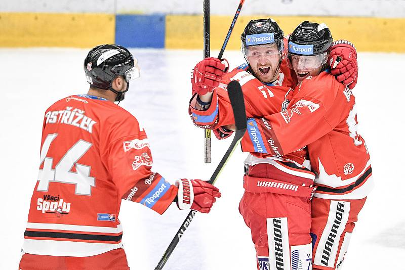 Utkání 1. kola hokejové extraligy: HC Olomouc - BK Mladá Boleslav, 10. září 2021 v Olomouci. (zleva) David Ostřížek z Olomouce, Jan Švrček z Olomouce a Jakub Navrátil z Olomouce se radují z gólu.