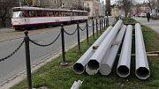 Výměna sloupů pro troleje na křižovatce u Drápala zastaví několik linek tramvají