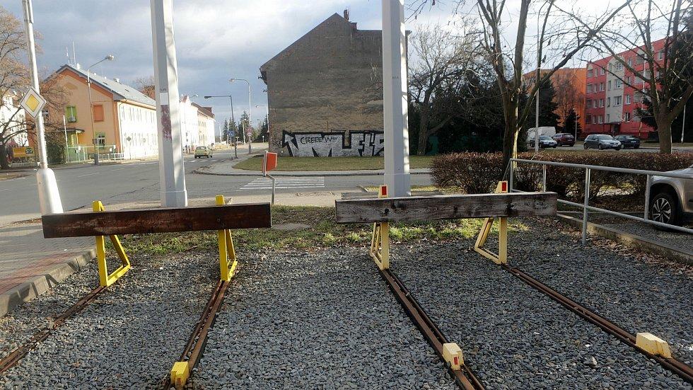 Současná konečná v Trnkově ulici - za ní dům, který bude zbourán kvůli pokračování trati