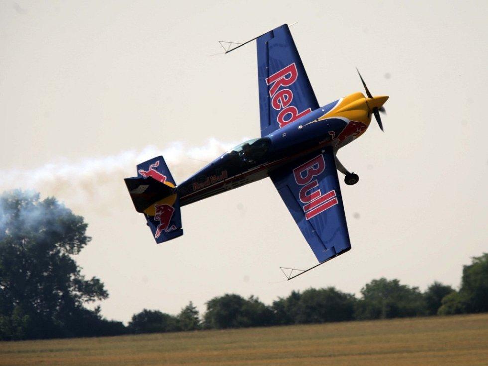 Mistrovství světa rádiem řízených modelů letadel v Neředíně. Oficiální zahajovací ceremoniál zatraktivnil akrobacií světoznámý pilot Martin Šonka.