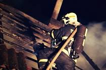 Hasiči zasahují u požáru garáží ve Střížově