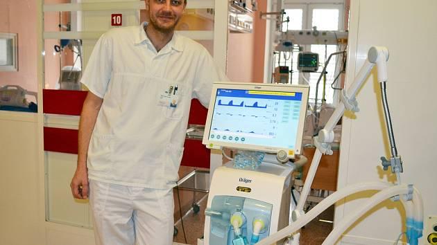 Oddělení ARO Nemocnice Šternberk bylo vybaveno novou moderní plicní ventilací v hodnotě 700 tisíc korun. Nový přístroj má celou řadu programů, které umožní nastavit optimální dýchací režim u pacientů, kteří nemohou dýchat sami. Na snímku primář ARO Marián