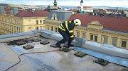 Uvolněné plechy na střechách v kraji