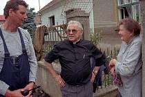 Kardinál Miroslav Vlk v olomoucké části Černovír poničené povodní v roce 1997